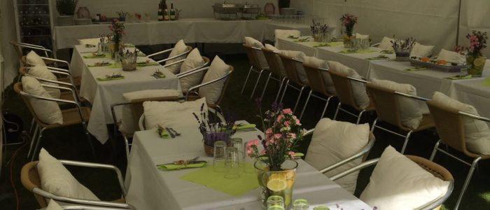 Stühle, Kissen, Tische und Zelt mieten in Leipzig